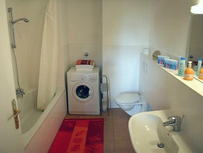 badezimmer mit waschmaschine apartment eliza. Black Bedroom Furniture Sets. Home Design Ideas